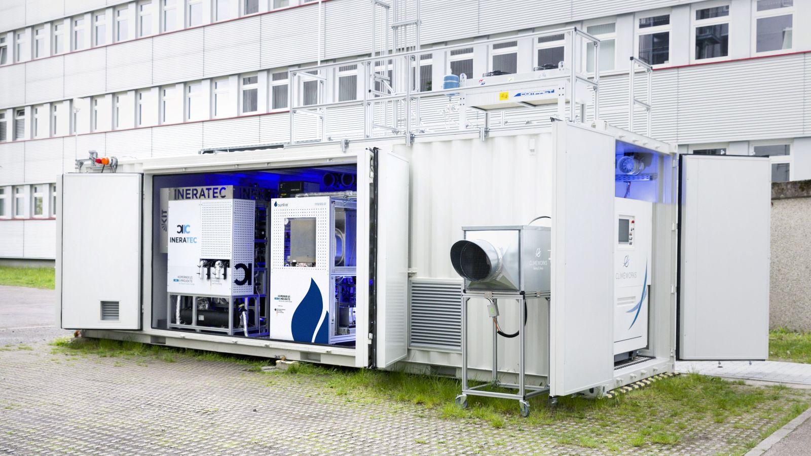 Das Bild zeigt die weltweit erste Luft-zu-Kraftstoff-Anlage auf dem Gelände des KIT in Karlsruhe.