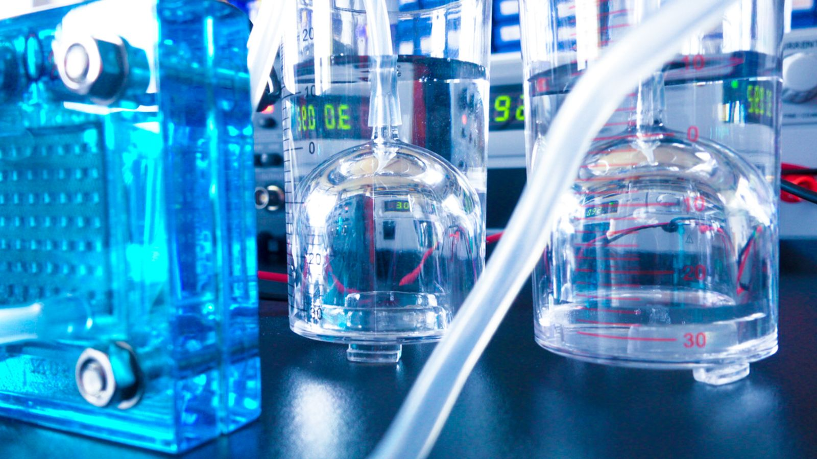 Das Bild zeigt einen Elektrolyseur im Labor.