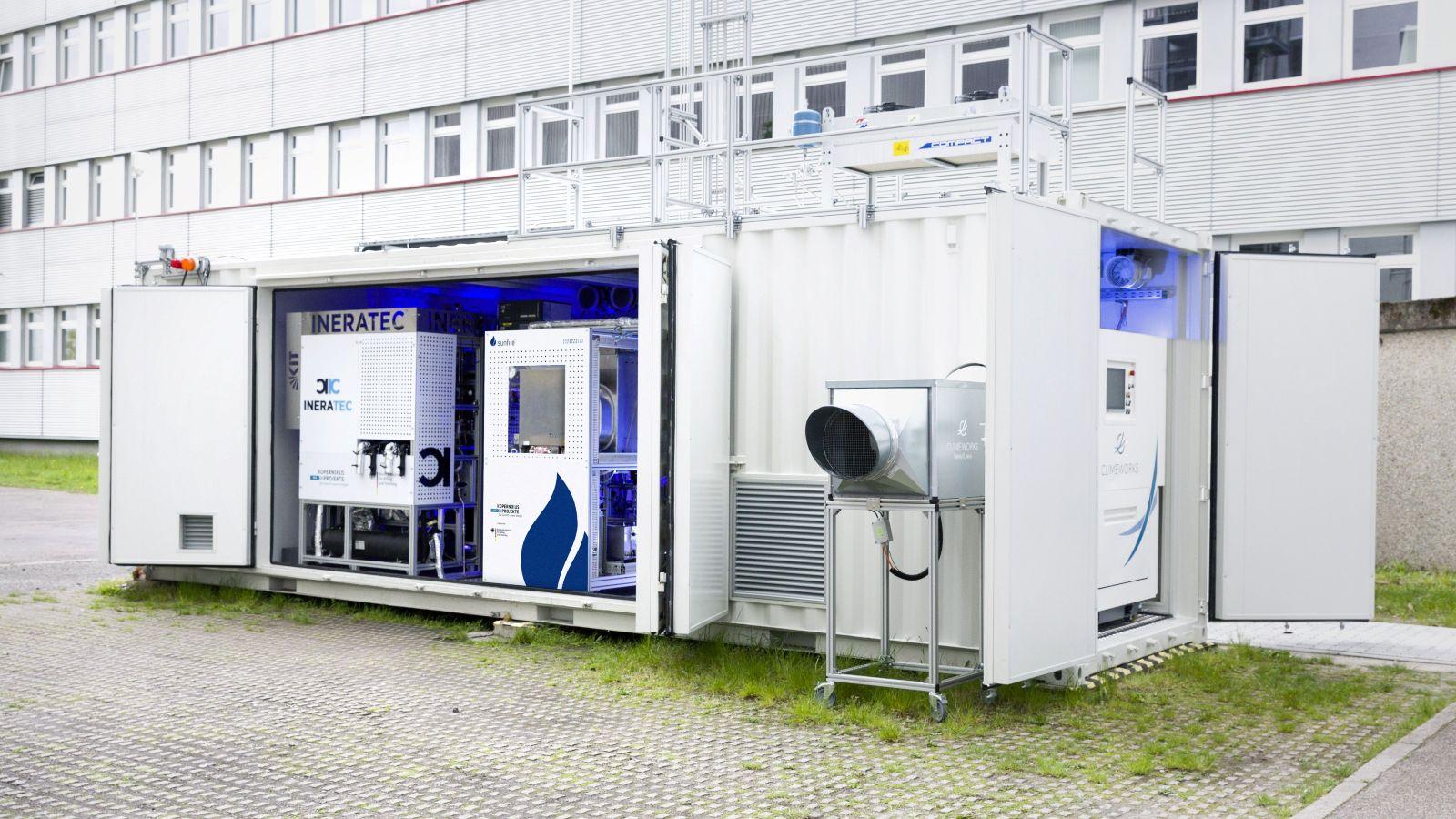 Das Bild zeigt die weltweit erste integrierte Luft-zu-Kraftstoff-Anlage auf dem Gelände des KIT in Karlsruhe.