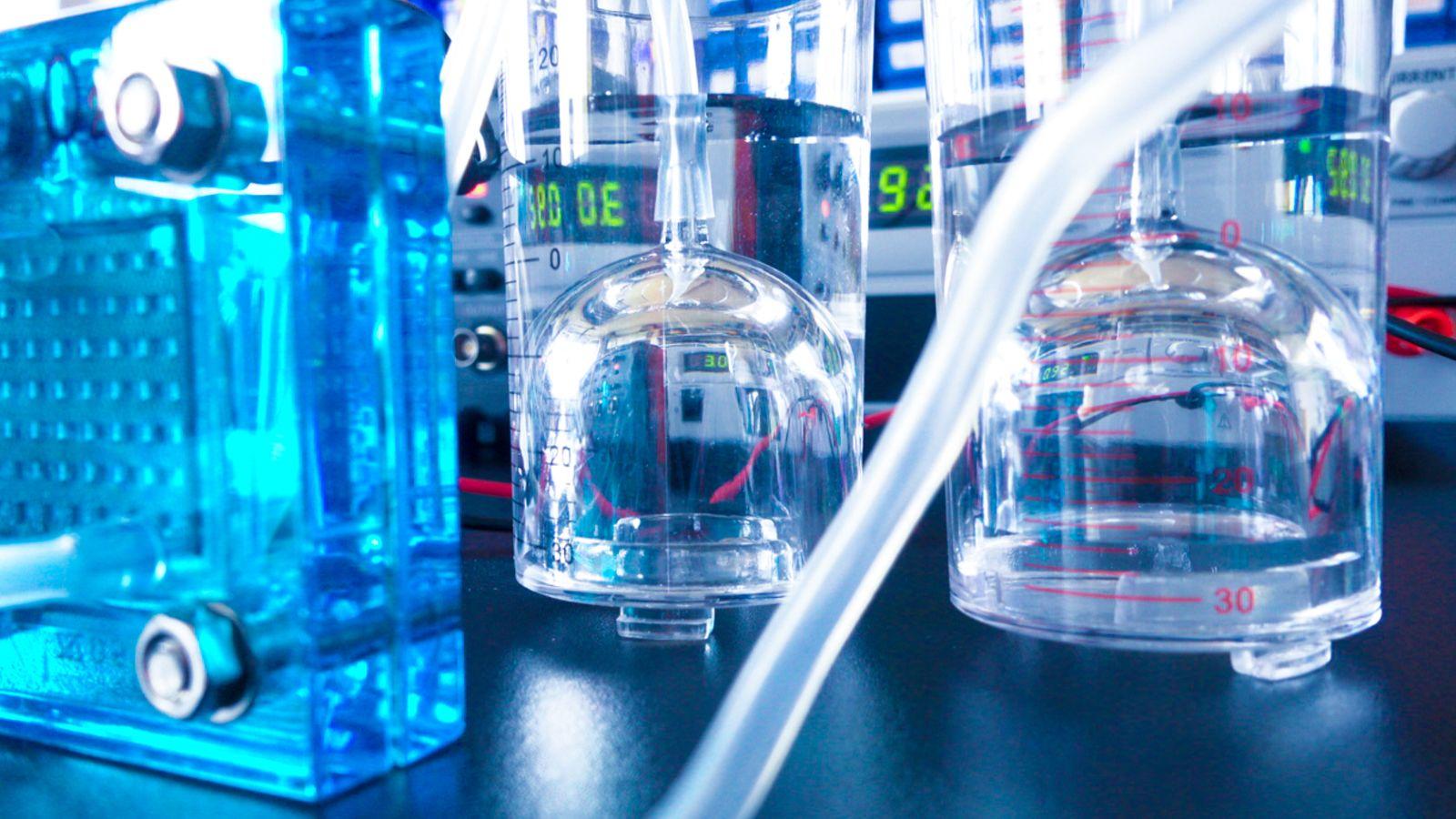 Das Foto zeigt einen Elektrolyseur im Labor.