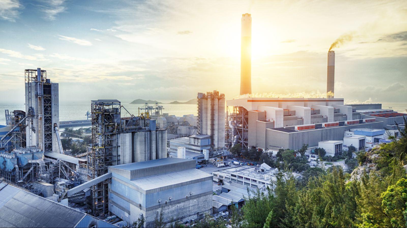 Das Foto zeigt einen Chemiepark bei Sonnenuntergang.