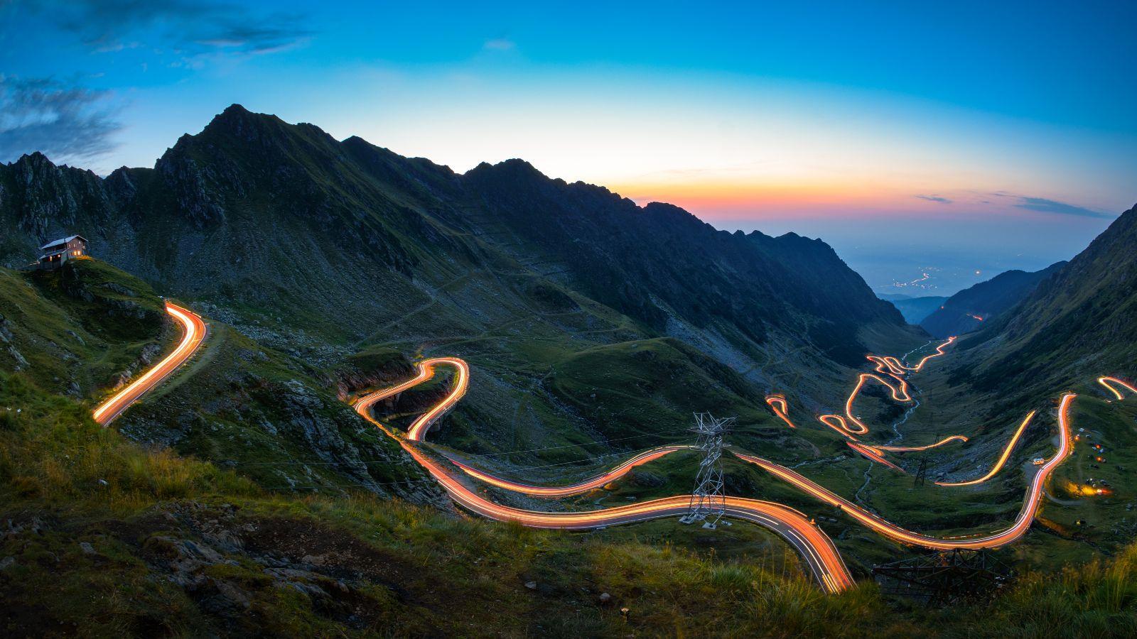 Das Bild zeigt einen schmalen Weg, der einen Berg hinaufführt. Der Weg ist hell erleuchtet.